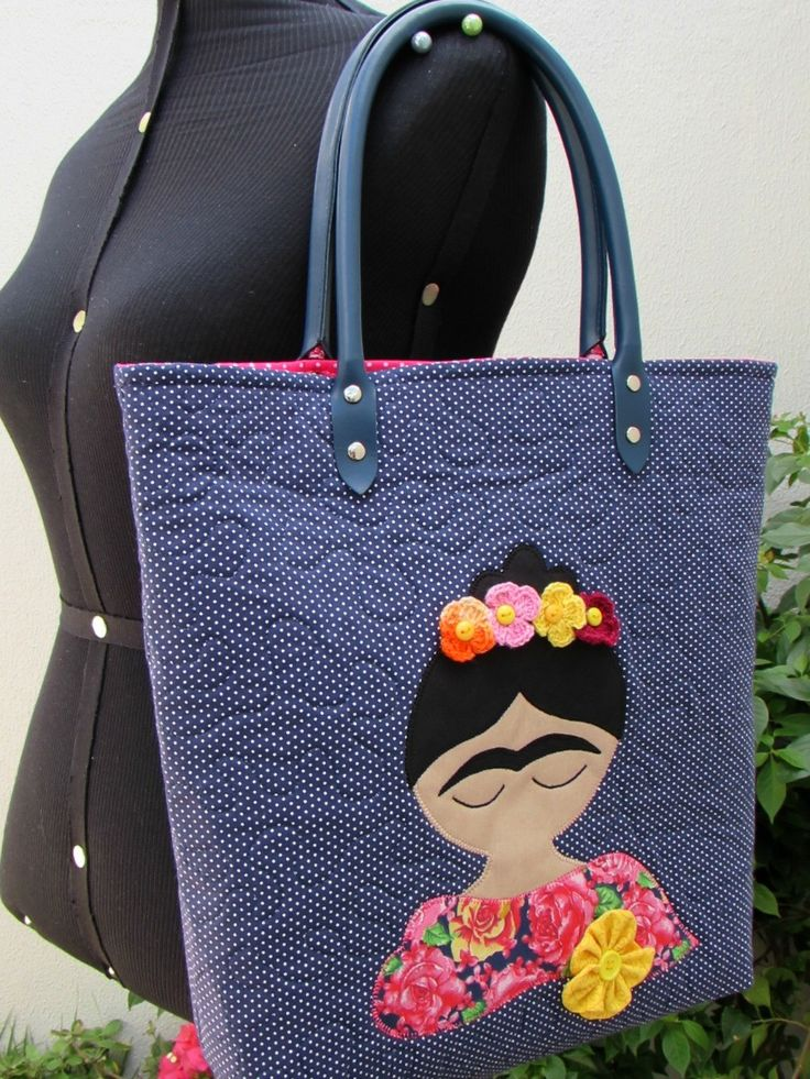 Bolsa Frida em Tecido <br>Toda quiltada, com alças em couro ecológico, forrada e estruturada <br>Tecidos 100% algodão <br>Com aplique em tecido (patchapliquê) <br>Peça exclusiva! <br>Tam. aprox. 35 cm de altura x 36 cm de largura x 8 cm de profundidade (fundo)