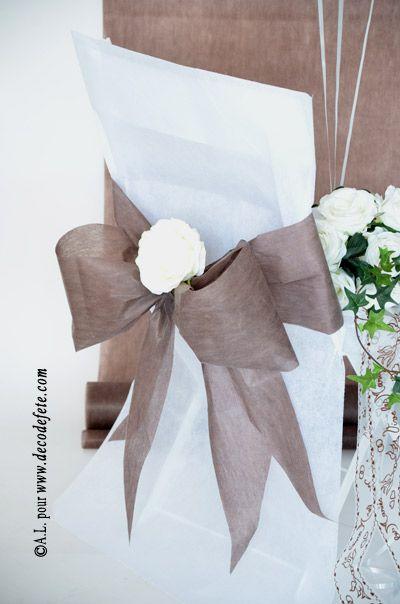 Une housse de chaise blanche http://www.decodefete.com/housses-chaise-blanc-p-3749.html habillée d'un nœud de couleur chocolat http://www.decodefete.com/noeuds-pour-housse-chaise-chocolat-p-3753.html #nœud #chaise #mariage #decoration