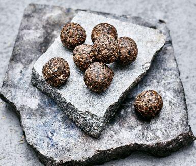 Syrliga raw bollar med sting! Du gör dem av riven ingefära, lime, kokos, sesamfrön och dadlar. Ta en tugga och fyll på med vitaminer, mineraler och energi.