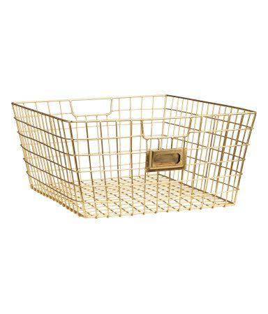 Gull. En trådkurv i metall med hanker i sidene. Størrelse 15x25x31 cm.