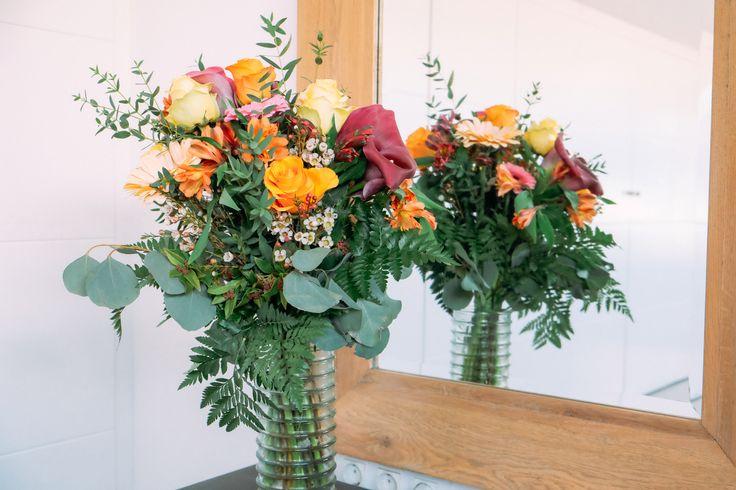 Ramo Colorido- Este ramo esta compuesto por calas moradas, rosas naranjas y amarillas, astromerias moradas y naranjas, gerberas melocoton, y flor de cera.
