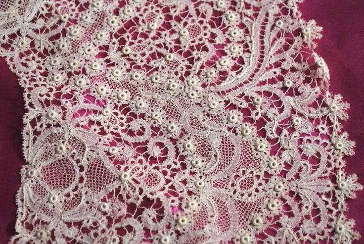 Antique 19th century Large Impressive Rosaline Perlee lace collar
