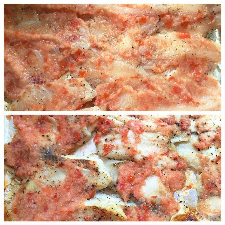 """Если кто-то не любит белую рыбу, то после этого """"рецепта"""" полюбит)) на противень выкладываем фольгу, на фольгу выкладываем филе белой рыбы (тилапия отлично получается), посолить-поперчить и сверху намазать соусом из блендера (просто в пюре измельчить луковицу+помидор). На 30-35 мин в раскаленную дух..."""