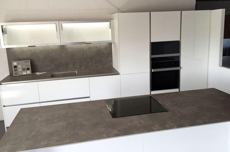 Dise o de cocina en exposici n con horno microondas y - Cocina con microondas ...