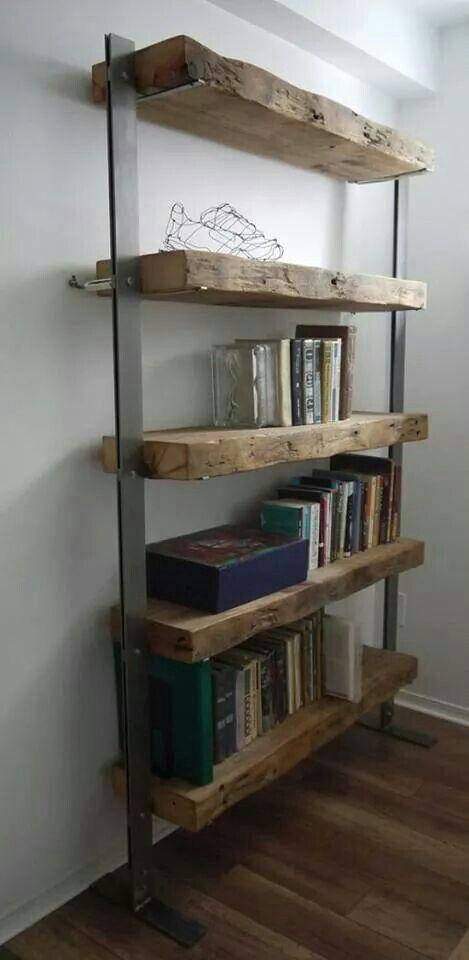 Semplice ma al tempo stesso suggestiva questa libreria composta da due barre di ferro e ripiani in tavole di legno grezzo massiccio