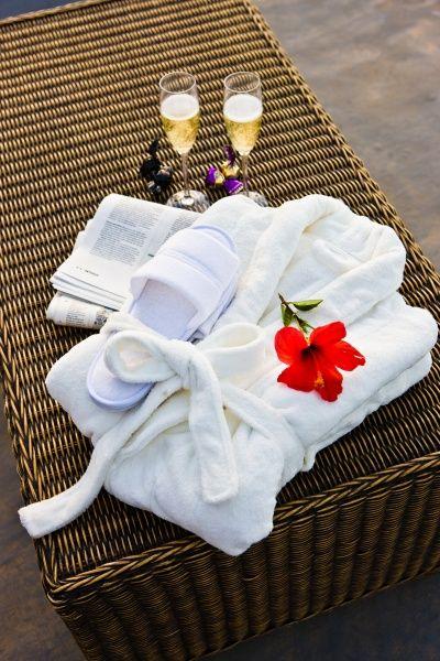 Gran Canaria, Puerto Rico: Revoli Playassa voit valita Premiumpaketin joka sisältää aamutakit ja -tossut ja 1 pullon viiniä. Huoneistoissa on parvekkeet, säädettävät aurinkotuolit ja aurinkovarjo sekä näkymä uima-altaalle.   http://www.finnmatkat.fi/Lomakohde/Espanja/Gran-Canaria/Puerto-Rico/Revoli-Playa/?season=talvi-13-14 #finnmatkat