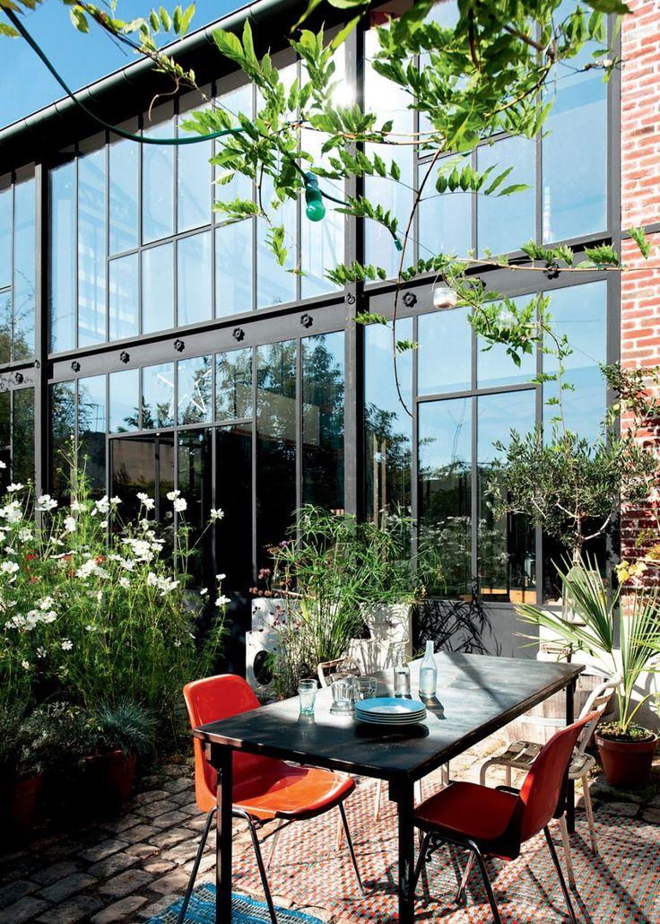 Une verrière intérieure pour éclairer son salon - Home with big industrial windows - Loft au style industriel avec une terrasse verdoyante