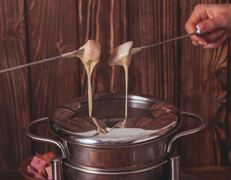 Dieses Rezept für Schweizer Käsefondue ist ein Fondue-Rezept für Kinder, denn das Käsefondue kommt ganz ohne Alkohol aus. Guten Appetit beim Brot-Tunken!