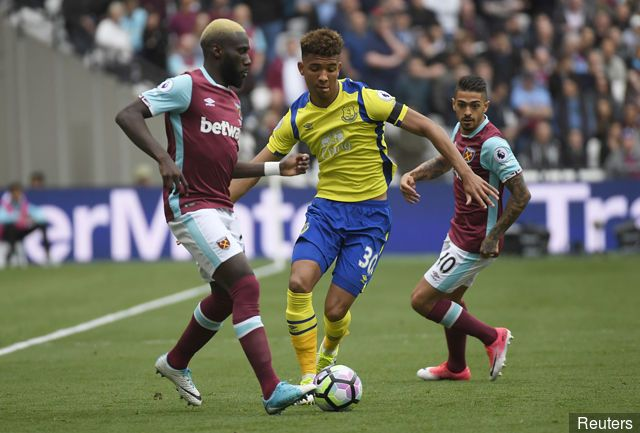 West Ham United's Arthur Masuaku in action with Everton's Mason Holgate and West Ham United's Manuel Lanzini looks on
