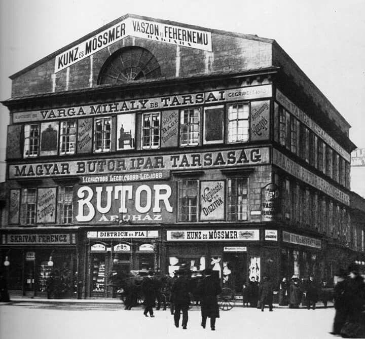 1903. Ferenciek tere (Kígyó tér) Brudern ház. Ennek a helyére épült később a Párizsi udvarnak is helyet adó takarékpénztár ház