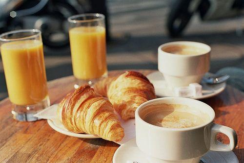 croissants, cafe et jus d'orange.