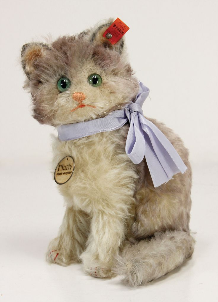 Ladenburger Spielzeugauktion - STEIFF cat Fluffy, complete, with unused red cloth tag label, No. 3325,1G, with button, long stretched F, chest label with metal edge, slightly worn, 25 cm, mohair in very good condition, produced c. 1928 Result: 1500.00 EUR
