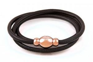 Elegante armbanden van het merk Qudo met magnetische sluiting in de kleur rosé. Met de hand gemaakt van het zachtste italiaanse nappaleer en voorzien van RVS sluitingen. Deze stijlvolle sluitingen zijn magnetisch en hierdoor eenvoudig om de arm te sluiten. De leren armbanden zijn met een mooie