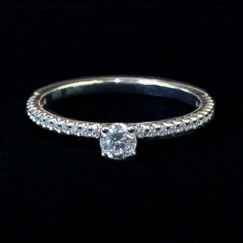 Кольцо с бриллиантами Тонкое колечко с одним бриллиантом. Белое золото. Центральный бриллиант круглой огранки, 0.19 карат, размером 3.8 мм. Тонкое кольцо с бриллиантами.  Артикул: 03867