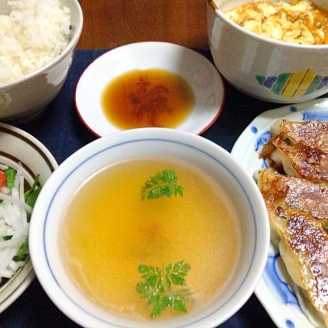 今日の夕飯は、麻婆豆腐・焼き餃子と生野菜にビーフコンソメスープです。 - 14件のもぐもぐ - 麻婆豆腐と餃子…他 by tomo12