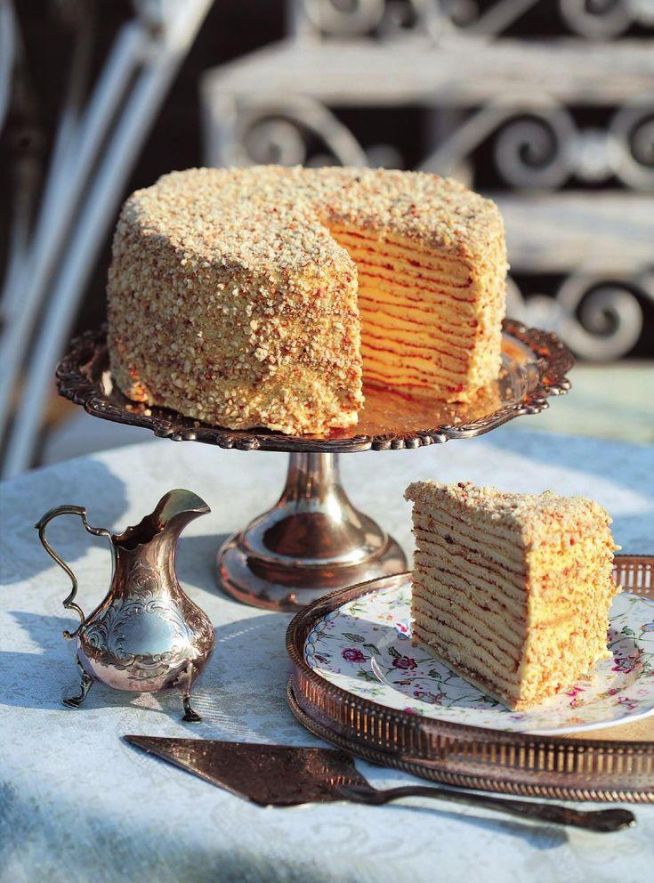 """в книге Александра Селезнева """"Советские торты и пирожные"""" вы сможете найти все рецепты старых и любимых тортов из детства, приготовить их дома и рассказать своим детям, какие сладости нравились вам в молодости!"""