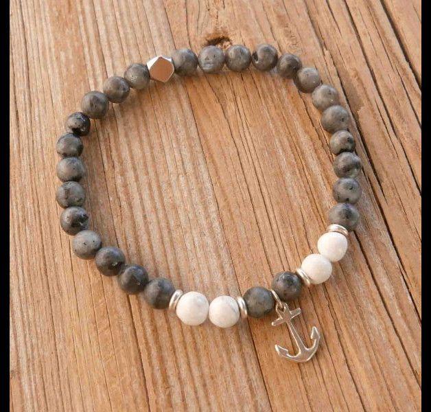op zoek naar een cadeau voor je man? u de perfecte punt heb gevonden voor dit!  De eenvoudige en mooie armband heeft Labradoriet kralen, Howlite kralen, verzilverd kralen en een verzilverd anker...