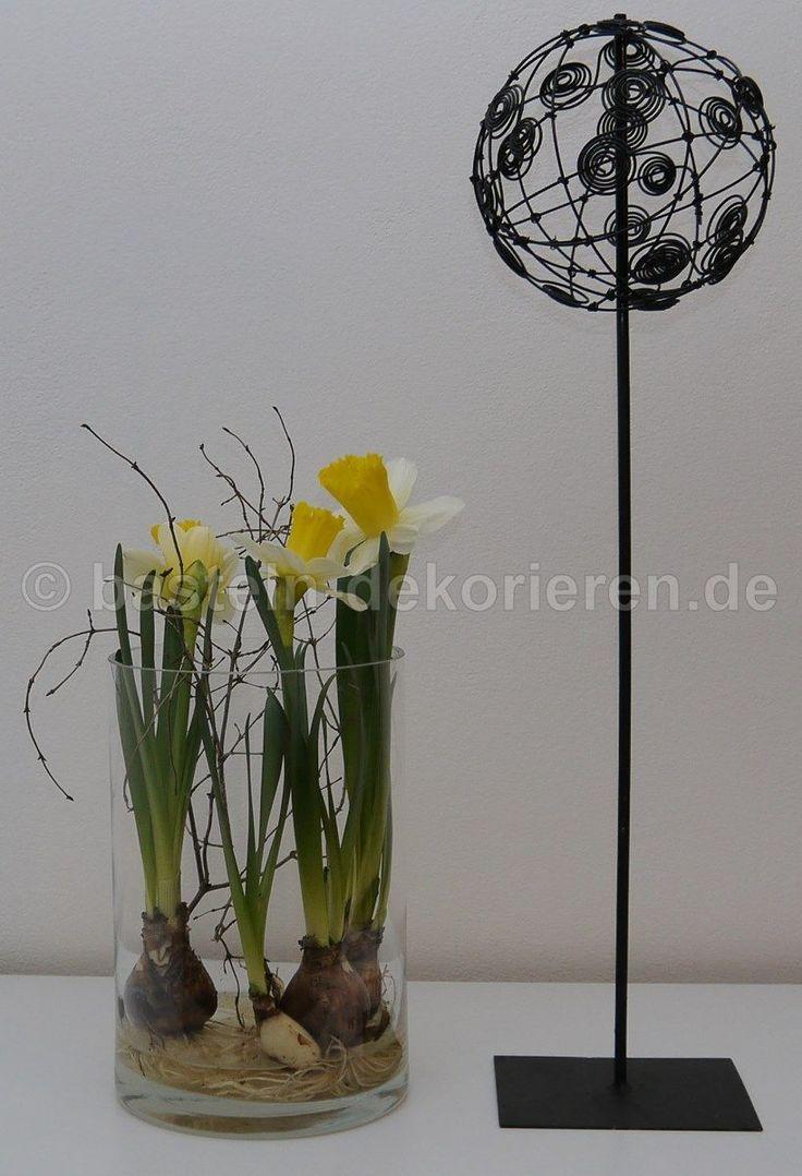 kleine kugel aus draht auf metallst nder als fr hlingsdeko. Black Bedroom Furniture Sets. Home Design Ideas