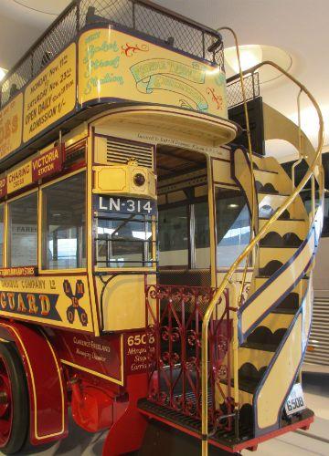 Bus aus dem letzten Jahrhundert. Fotografiert im Mercedes-Benz Museum, Stuttgart