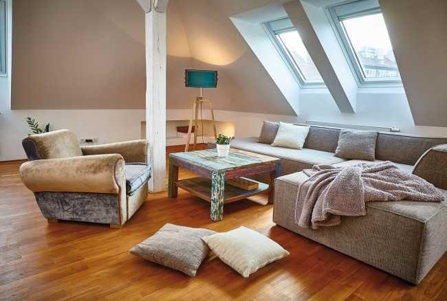 Vhodne situované strešné okná privádzajú do interiéru dostatok prirodzeného svetla.