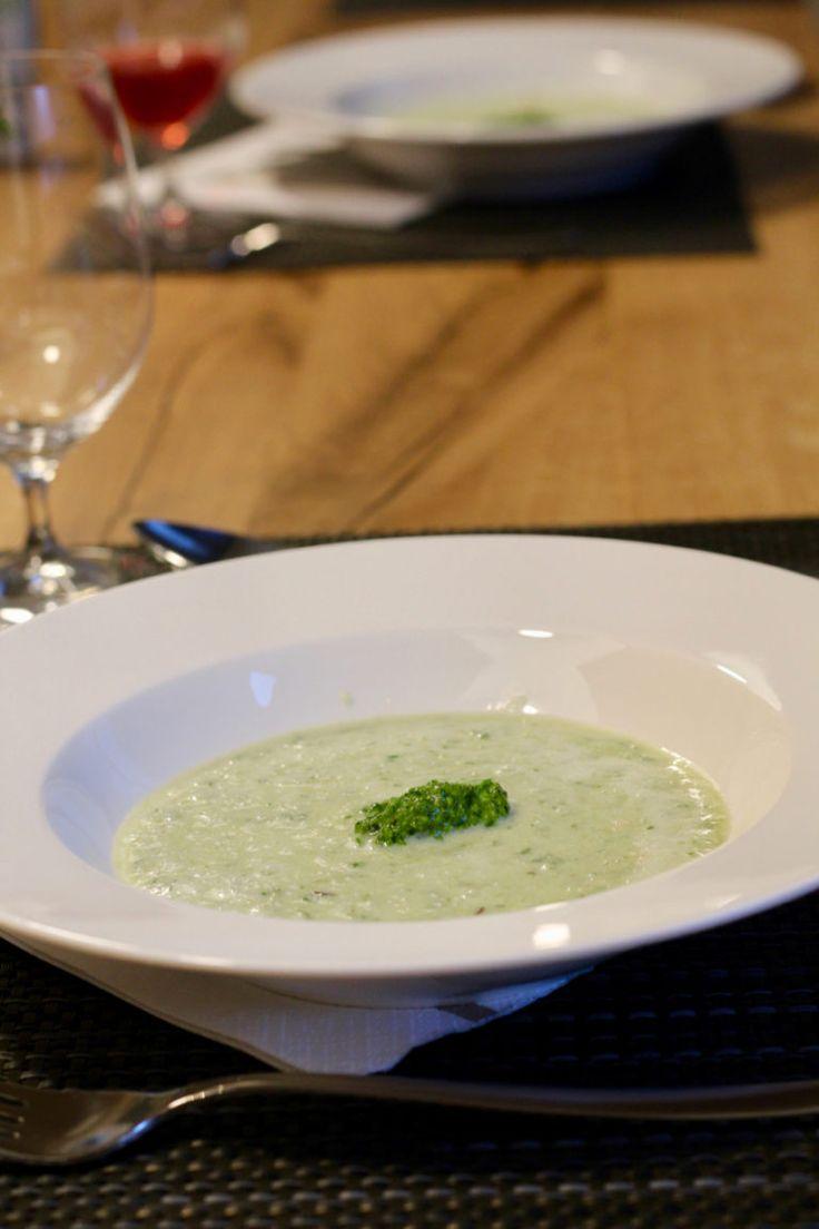 Kalte Gurken-Sauerrahm Suppe mit Spinat Walnuss Pesto low carb, glutenfrei von Koch mit Herz -