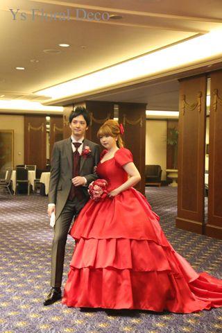 こちらのおふたりお色直しのときのご様子です。白ドレスから、赤ドレスにお召かえです。赤色って、情熱的でとてもドラマティックな色だなぁ、って思います。ハリのあ...