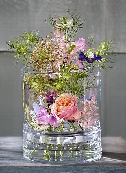 Een vaas van glas trekt nauwelijks aandacht, maar is door zijn vorm wel heel bepalend voor een mooi boeket. Zeker als veel verschillende bloemen stuk voor stuk tot hun recht moeten komen. Hoog en smal, laag en breed, klein en talrijk, het zijn de glasvazen die ongemerkt toch de show stelen. Vaas in twee delen, … (Lees verder…)