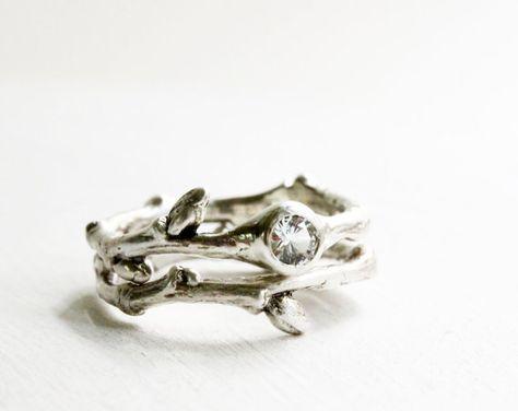 Anillo de compromiso conjunto. Anillo de compromiso de zafiro blanco Anillo de rama. Anillo de rama. Zafiro blanco, anillos de plata.  Un conjunto de dos anillos en argentium sterling que deslustra más lento que el normal de la plata esterlina.  (anillo de la ramita con el anillo de piedra + ramita de 4mm sin piedra) acabado satinado.  Zafiro blanco precioso de alta calidad.  ¿Te gusta tu piedra? : En vez de una piedra, es posible establecer diferentes piedra. Para la disponibilidad de la…