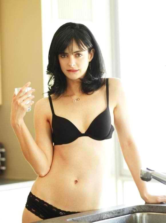 """KRYSTEN ALYCE RITTER (Bloonsburg, diciembre de 1981) es una actriz y modelo estadounidense. Sus actuaciones en TV incluyen un co protagónico en la serie """"Woke Up Dead"""", donde interpretó a Cassie; también fue Jane Margolis en """"Breaking Bad"""" y Lilly en """"Gravity"""". Actualmente trabaja en """"Apartment 23"""", en la que interpreta a Chloe, una bizarra y ladina joven neoyorquina que comparte su apartamento con la ingenua pueblerina June (Dreama Walker). Encabezó el elenco del drama """"Refuge"""" (2012)"""