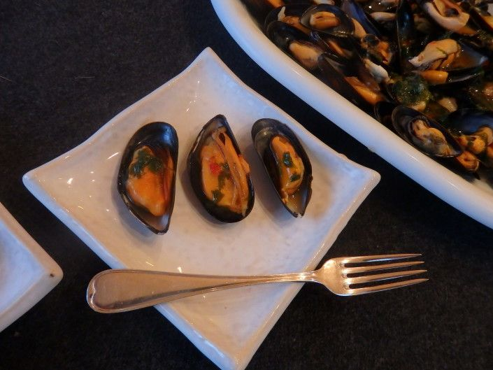 When asked to take something to a party -often these mussels have been the dish of choice. Delicious and impressive in many ways. Mussels with Chili & lime dressing with a dash of Tequila! www.icookkitchen.no