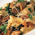 Jamie Oliver pasta met gemengde paddenstoelen  Ingrediënten      250-350 g paddenstoelen (ik zou ca. 400 g paddenstoelen kopen, want er valt altijd wat af)     3 eetlepels olijfolie     1 teentje knoflook, fijngehakt     1-2 gedroogde rode pepertjes, fijngewreven of heel fijn gehakt     sap van ½ citroen     450 g pappardelle     1 handjevol geraspte Parmezaanse kaas     1 handjevol verse peterselie, grof gehakt     50 g boter
