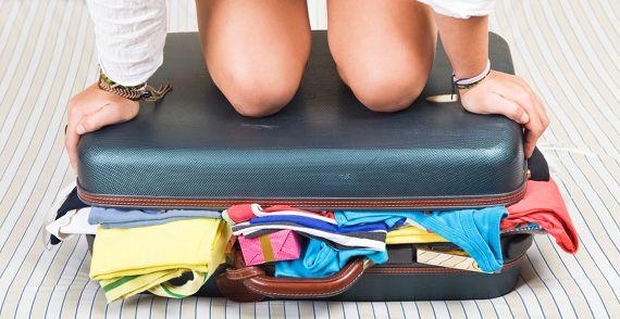 """bagage koffer inpakken - 8 slechte redenen voor een break-up - Woelt Magazine  We hebben ze allemaal al eens gehoord! """"Het ligt niet aan jou, het ligt aan mij.."""", """"Mijn werk kost zoveel tijd, dat ik nauwelijks tijd heb voor mezelf"""" of """"Ik ben nog niet toe aan een serieuze relatie"""""""