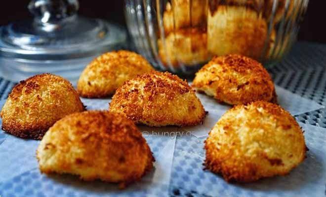 Μαλακά γευστικά μπισκότα χωρίς αλεύρι και κατά συνέπεια χωρίς γλουτένη αλλά και Low Carb. Φτιαγμένα με αποξηραμένη, άγλυκη καρύδα, σκόνη αμυγδάλου και μόνο με το ασπράδι των αυγών. Αν αντί ζάχαρης χρησιμοποιήσουμε Στέβια, τότε απολαμβάνουμε ένα πλήρες διαιτητικό γλυκό για όσους το επιθυμούν ή απλώς τούς επιβάλλεται για διατροφικούς λόγους. Δημιουργούμε μικρά οβάλ ή στρογγυλά […]