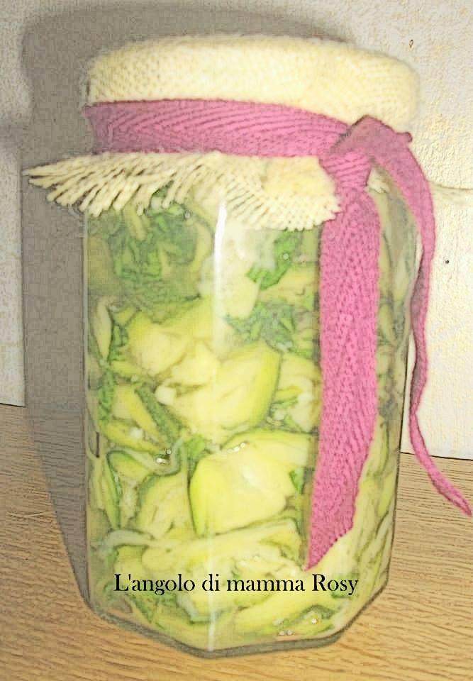 Zucchine sott'olio Ricetta con cottura a crudo Un classico dell'estete sono proprio le zucchine che io mangerei sempre. Di questi periodi se ne trovano di