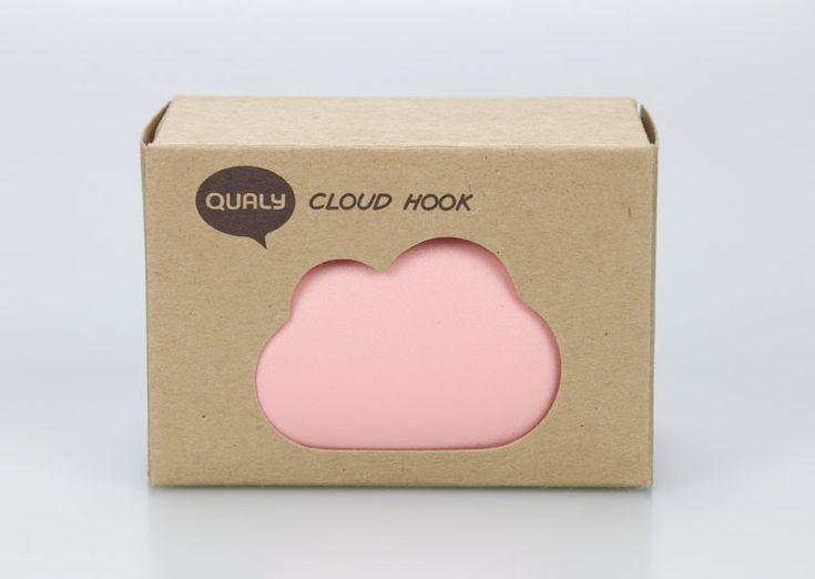 Patère nuage Rose de Qualy. Ne vous inquiétez pas, ce mignon petit nuage rose ne va pas pleuvoir, c'est en fait une patère originale pour accrocher vos accessoires.