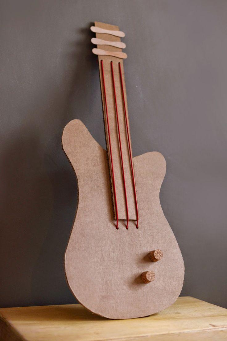 Estéfi Machado: Guitarra de papelão * Quem toca e canta, todos os males espanta!