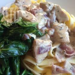 Pasta met kip, boursin, spinazie...Ingredienten: *250 gr tagliatelle (of andere pasta)  *scheut olijfolie  *1/2 ui, versnipperd  *1 kipfilet (ong. 200 gr), in blokjes  *200 gr champignons, in kwarten  *1/2 pakje (=75 gr) Boursin® knoflook & fijne kruiden  *scheut melk, of kookvocht van de pasta  *300 gr verse spinazie  *peper en zout, naar smaak  (zie website voor meer info)