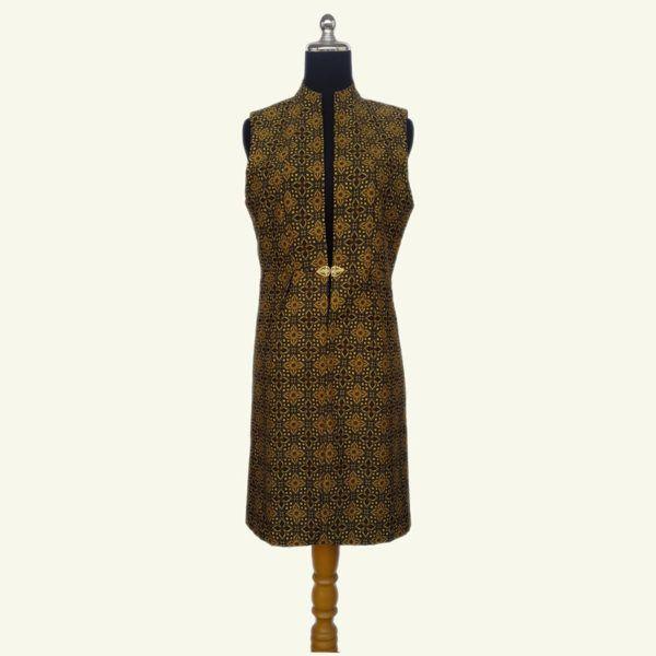 Modern batik long vest, warna batik kuning yang elegan ini cocok dipadu padankan dengan warna gelap dan cerah. Menonjolkan motif bunga yg simetris dan warna kuning. Kancing/broch import akan menambahkan sentuhan elegan. Modern dan stylish.