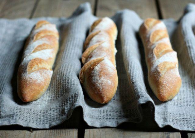 Baguettes comme chez le boulanger au Thermomix,recette de bonnes baguettes croustillantes, dorées et avec une mie aérée , très facile à faire.