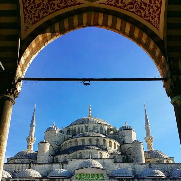 A perfect picture of one of the must-see spots in İstanbul, the Blue Mosque! Did you know that this enchanting work was named after the blue tilework and calligraphy all around the lovely mosque?
