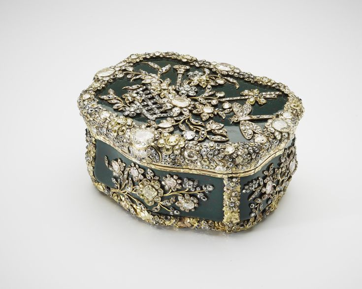 Table snuff box, Fabrique Royale (Berlin) 1770-75. Bloodstone, various coloured coloured gold, foiled diamonds