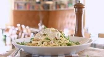 Alle elsker pasta! Oppskrift på en rask og velsmakende middag. Blåmuggostsaus laget på Selbu Blå, stangselleri, sjalottløk og hvitløk gir mye smak på en enkel måte. Serveres med ruccola og ristede valnøtter.