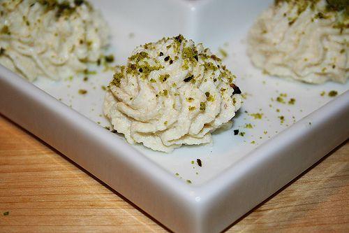 Il baccalà mantecato è un piatto veneto. Questa una versione più spumosa, perfetta per un antipasto in una cena di pesce.