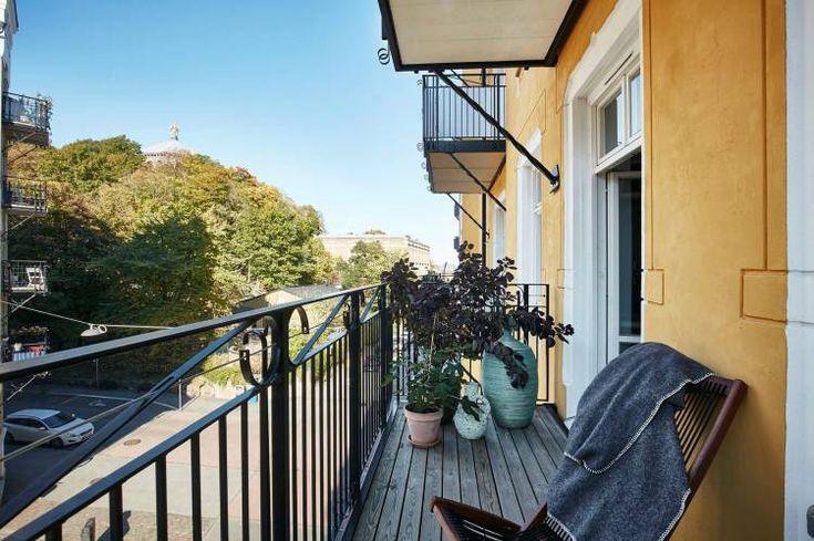 На углу улиц Kastellgatan и Risåsgatan в Гётеборге, Швеция в красивом здании в стиле модерн расположилась прекрасная квартира