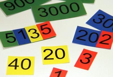 (1.-5.lk) Kymmenjärjestelmäkortit - Kymmenjärjestelmäkorttien ja niihin liittyven tehtävien avulla voi harjoitella kymmenjärjestelmä ja paikkajärjestelmää. Tehtävissä voi käyttää myös kymmenjärjestelmävälineitä. Isommat kymmenjärjestelmäkortit saat, kun tulostat kortit A3-koossa.
