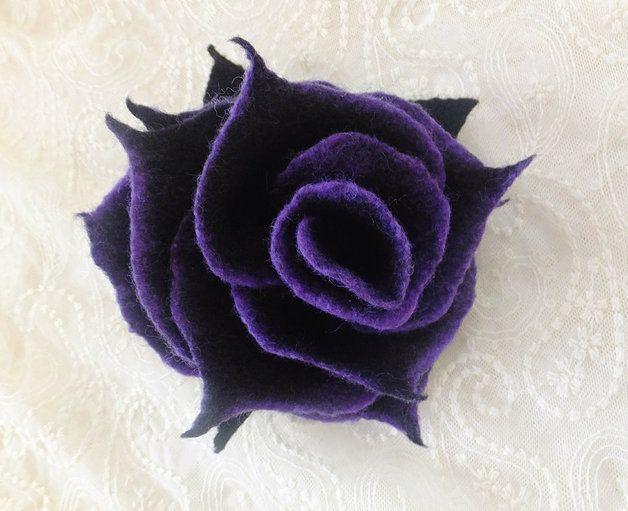 Die Brosche sind aus weicher Merinowolle gefilzt und super angenehm zu tragen.Die Blume erhält eine schöne Form.  Auf Der Rückseite ist eine Broschennadel angebracht. als Highlight auf jedem...