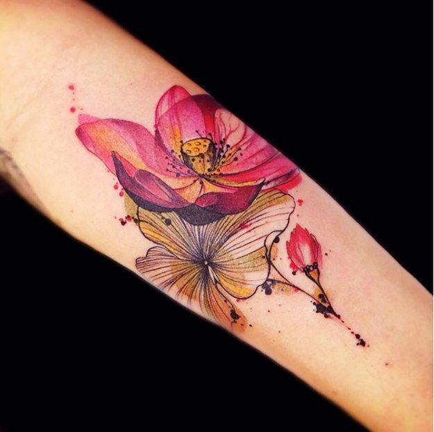 Magnifique mariage entre couleurs et lignes.   30 tatouages floraux parfaits pour le printemps