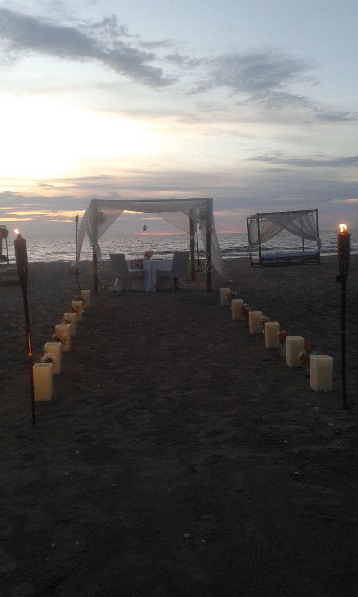 Al caer la tarde, con el mar y la arena como telón de fondo.