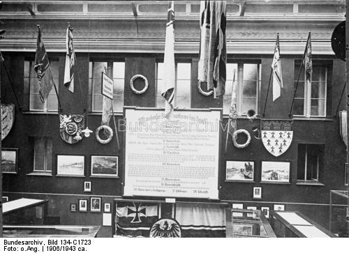 Erinnerungsstätten und Beisetzungen.- Ehrenwand im Marine-Museum