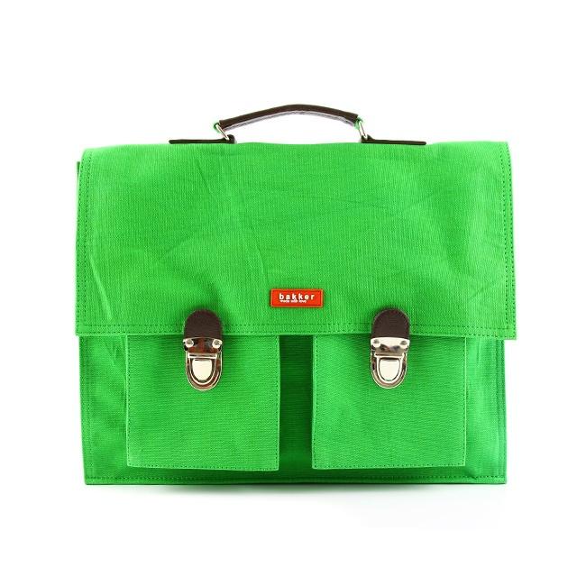 Bakker Made With Love biedt een gamma van kleurrijke, optimistische en trendy accessoires. Deze mooie schooltas is de perfecte compagnon voor uw zoon of dochter. Een grote zak en een rits binnenin, aan de voorkant twee kleine zakken(10 x 11 cm) voor het opbergen van snacks en andere kleine schatten. Eenvoudig openen en sluiten dankzij de 2 handige drukbeugels. De schooltas kan gedragen worden door middel van bijgeleverde schouderriem.  Ook leuk als laptop – of handtas voor de mama.
